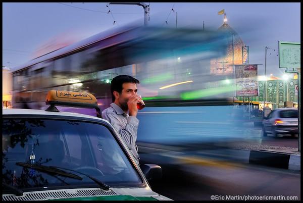 IRAN / SHIRAZ. Un chauffeur de taxi boit son thé devant le mausolée de Shah Cheragh