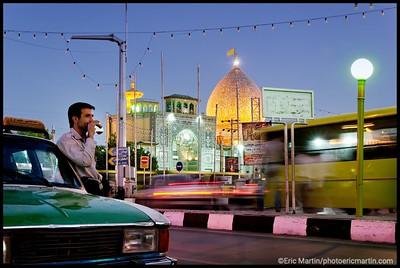 IRAN / SHIRAZ. Un chauffeur de taxi boit son thŽ devant le mausolŽe de Shah Cheragh