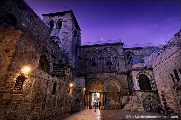 JERUSALEM. LE TRÉSOR DES FRANCISCAINS. L'ENTRÉE DE L'ÉGLISE DU SAINT SÉPULCRE