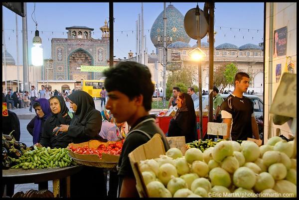 IRAN / SHIRAZ. Marché aux légumes devant le mausolée de Shah Cherag