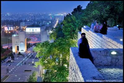 IRAN / SHIRAZ. LA PORTE DU CORAN ET LES JARDINS SUSPENDUS