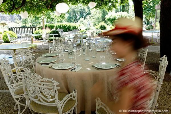 FRANCE. LE LOT. Restaurant Le Pont de L'Ouysse sous le Château de Belcastel à Lacave.