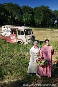 FRANCE. LE LOT. Cass' Dale  à Mayrac.  Claire et Amanda posent devant le vieux Citroên YH planté dans le champs devant leur boutique qui réunit plus de 50 producteurs locaux. On y achète salade, foie gras,  saucissons, huile de noix, truffes… garantis « made in Lot » en circuit très très… court
