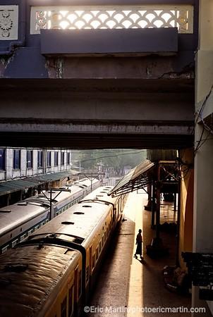 BIRMANIE. RANGOON OU YANGON. La gare ferroviaire de Yangon date de la période coloniale