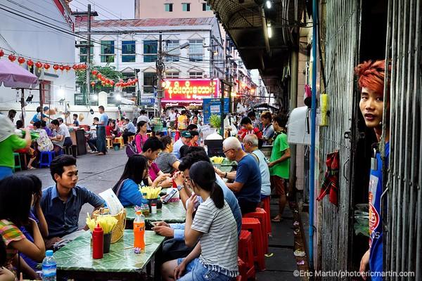 BIRMANIE. RANGOON OU YANGON. Chinatown.  L'animation nocturne de la19eme rue  au cœur du quartier colonial