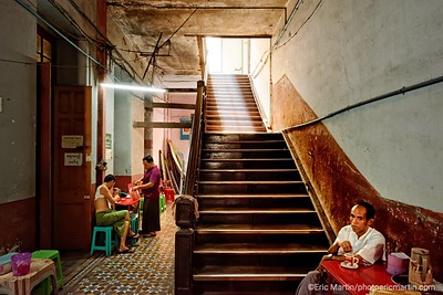 BIRMANIE. RANGOON OU YANGON. QUARTIER COLONIAL. La cage d'escalier du Sofaer & Co. Building squatté par un café. Cet édifice était au début du XXe siècle l'un des plus prestigieux du quartier colonial.