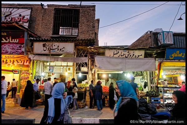 IRAN / SHIRAZ. MarchŽ aux lŽgumes devant le mausolŽe de Shah Cherag