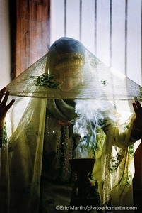 Oman. Comme sortie d'un tableau de John Singer Sargent, cette jeune femme parfume ses vêtements à la fumée d encens.