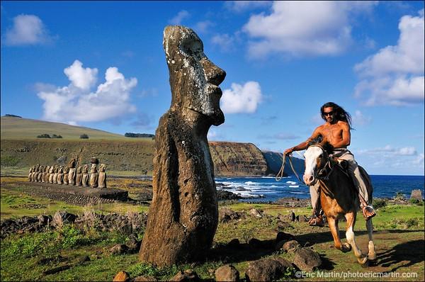 """ILE DE PAQUES L'Ile de Pâques, un refuge pour voyageur en quête d'authenticité. Ici, Singa, excellent cavalier comme tous les Pascuans, sur le site de Tongariki, au premier plan le """"moai voyageur""""."""