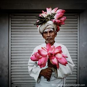 Lointain et familier, le nom de Pondichéry laisse rêveur. L'ancien comptoir français sur la côte de Coromandel surfe avec bonheur entre tradition et avant-garde. Le marchand de fleurs de lotus : un tableau vivant d'une beauté grave et sacrée.