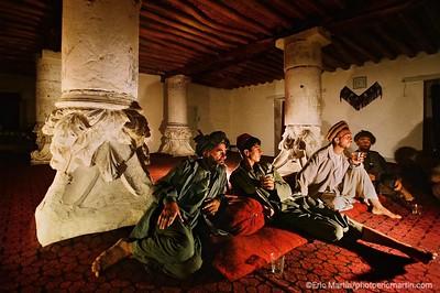 """SERIE DE L'ETE : SUR LES PAS D'ALEXANDRE LE GRAND.  Chapitre VII. La mort de Darius et l'effondrement de l'Empire perse n'ont pas mis fin aux appétits guerriers d'Alexandre. A plus de trois mille kilomètres de sa Macédoine natale, le conquérant poursuit sa course vers l'est, émerveillé par la richesse de la végétation aux abords de la mer Caspienne.  Ici à Ichawga Bahuddine, village du nord de l'Afghanistan, près de la frontière avec le Tadjikistan, une réunion de commerçants dans une ancienne """"tchaïkhana"""" (une maison de thé) témoigne de la rencontre de deux mondes. Elle fut construite par un commandant moudjahid sur des chapiteaux grecs provenant du pillage du site archéologique de l antique cité grecque d'Ai-Khanum."""