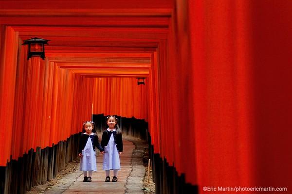 """Dans le labyrinthe de 4 kilomètres, bordé de centaines de """" torii """" vermillon, au sanctuaire shintoïste de Fushimi Inari-taisha, à Kyoto."""
