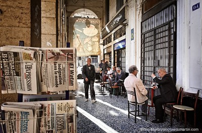 ALGERIE. ALGER. Terrasse de café sous les arcades de la place Port Said.