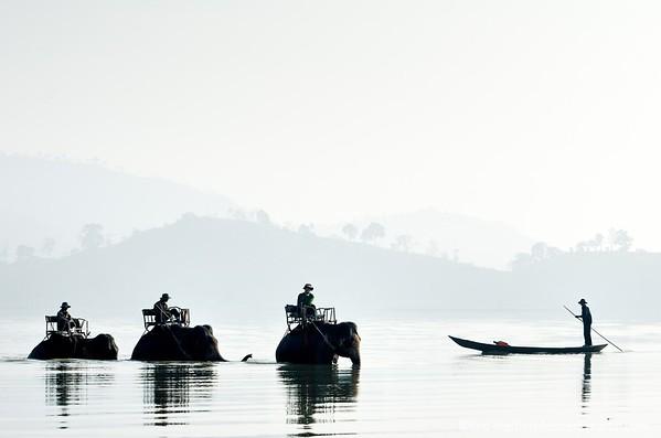 VIETNAM. REGION DU LAC LAK. JUN LE VILLAGE DES ELEPHANTS DE L'ETHNIE M'NONG.