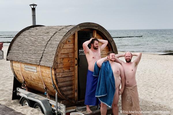 LES ILES DE RUGEN & USEDOM EN ALLEMAGNE. ICI ILE D USEDOM. Saunafass, un sauna mobile sur la plage de Koserow.