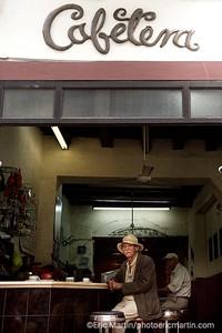 REPUBLIQUE DOMINICAINE. LA VILLE COLONIALE DE SANTO DOMINGO. SAINT DOMINGUE. PORTRAIT DE L ARTISTE PEINTRE ROSE CESTERO DANS LE VIEUX CAFE CAFETERA. UNE INSTITUTION DEPUIS 1927