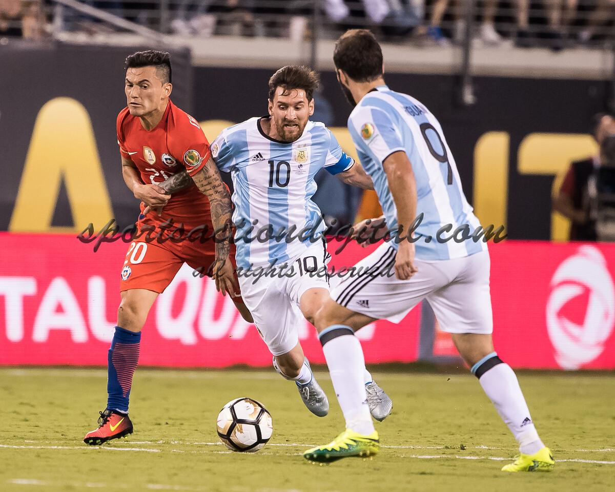 Charles Aranguiz, Lionel Messi