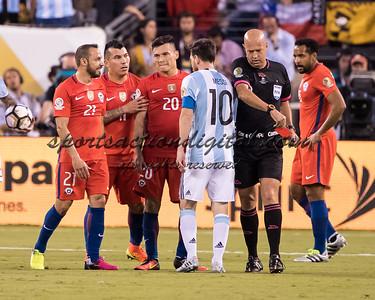 Arbitro Lopes, Gary Medel, Marcelo Diaz, Eduardo Vargas, Lionel Messi