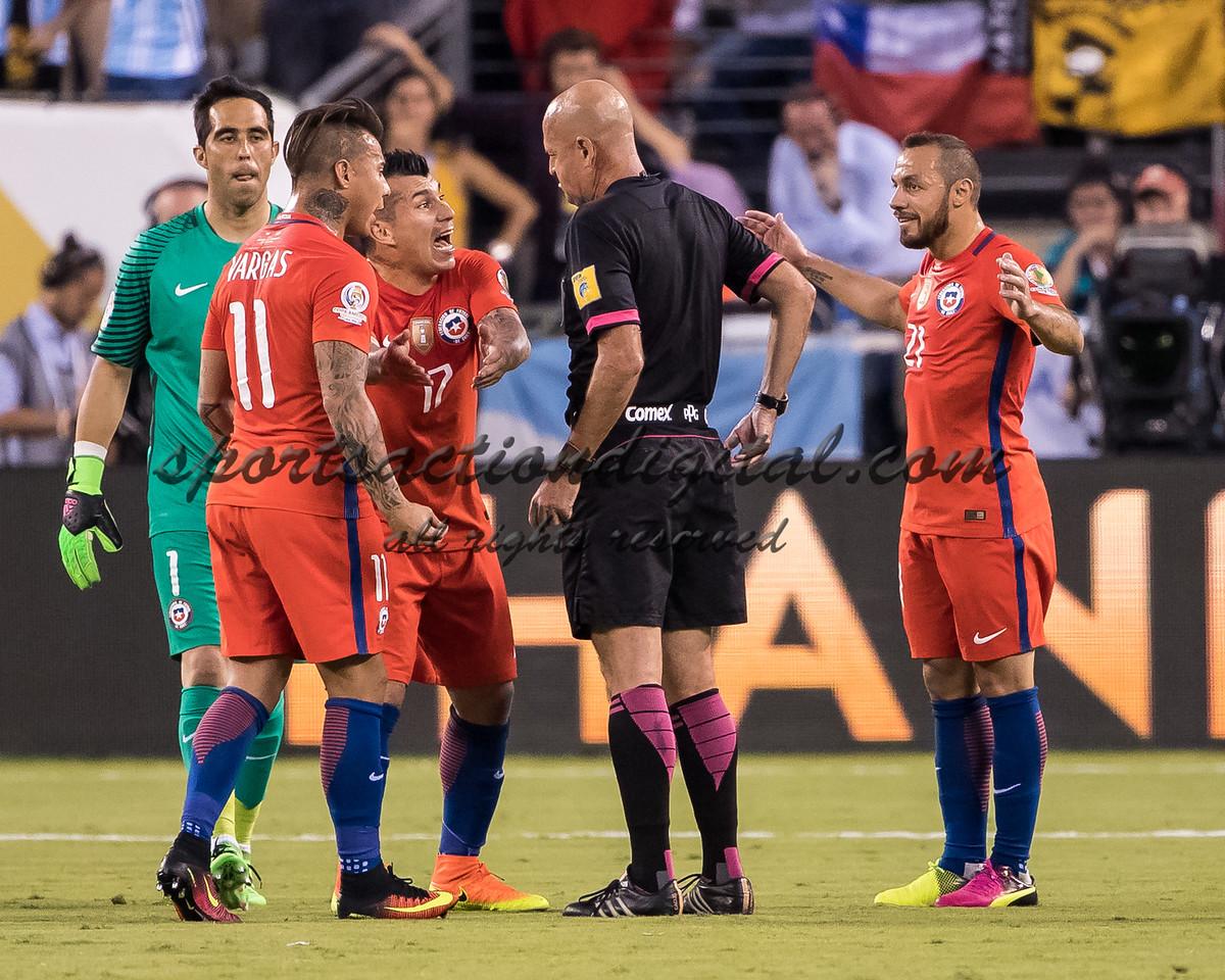 Arbitro Lopes, Eduardo Vargas, Marcelo Diaz, Eduardo Vargas