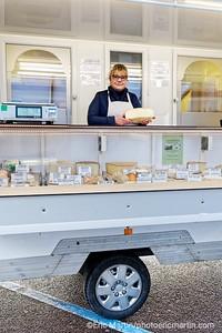 """FRANCE. COTENTIN. Marché du village des Pieux. Marie-France Andrieu, cremière -fromagère du """"Temps d'un fromage""""."""