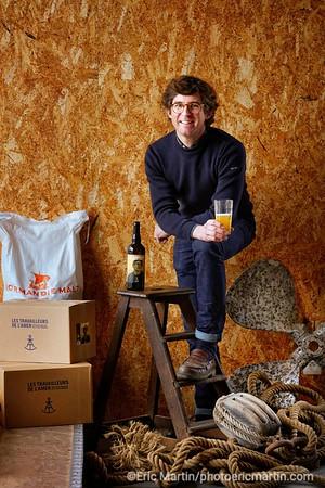 """FRANCE. COTENTIN.  Portrait de Guillaume de Lestrange, créateur de la brasserie artisanale bio """"Les Travailleurs de L'Amer"""". Bière fabriquée avec du malt de la Manche. Les drêches, sont distribuées aux vaches Galloway élevées intégralement en plein air dans les landes de Vauville. Les étiquettes rendent hommage à de vrais loups de mer du coin."""