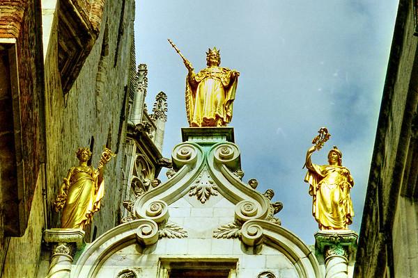 Oude Griffie Building Statues
