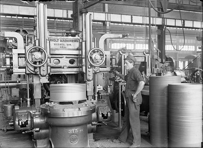 2018.18.GP.001--weibler collection 5x7 glass plate--CRI&P--employee using boring mill to make new piston rings at company shops--Silvis IL--no date