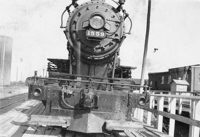 2020.016.S.036--phil weibler collection 2.5x3.5 print--CRI&P--steam locomotive 4-6-0 T-31 1559 front view of footboards installed on pilot--location unknown--no date