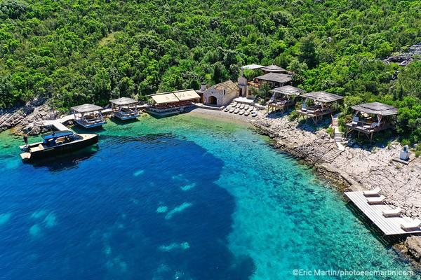 L'archipel des Elaphites en Croatie. Ile de Sipan. Le restaurant Bowa qui n'est accessible qu'en bateau.