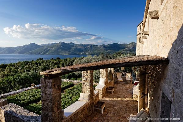 L'archipel des Elaphites en Croatie. Ile de Lopud.  Posées en haut de la colline Saint-Michel, la petite chapelle du XVe siècle et la maison des sœurs attenante ont été restaurées par le nouveau propriétaire, Toto Bergamo Rossi (célèbre restaurateur vénitien).