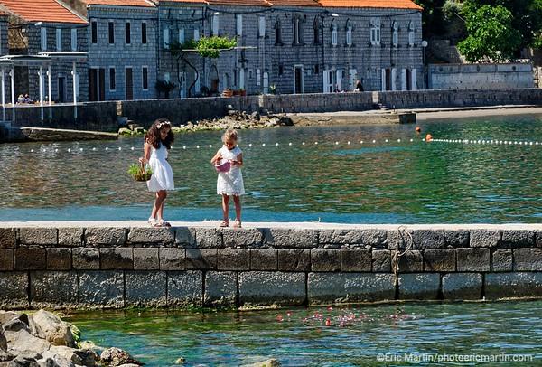 L'archipel des Elaphites en Croatie. Ile de Lopud. Début juin, à l'occasion de la procession du Corpus Christi, les habitants tapissent de fleurs la ruelle principale du village.