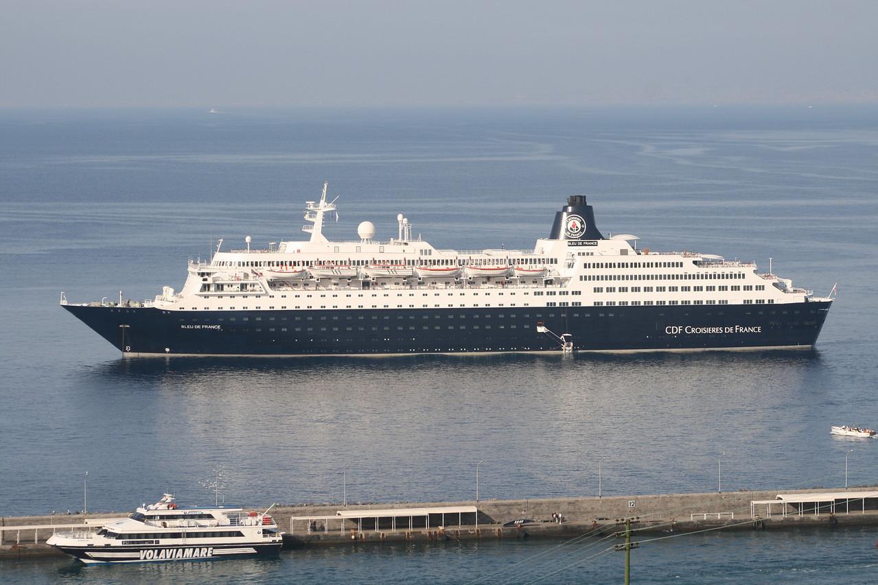 M/S BLEU DE FRANCE offshore Capri. In the port GIUNONE JET.