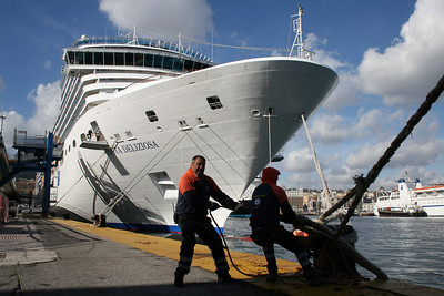 M/S COSTA DELIZIOSA in Napoli : mooring men at work.