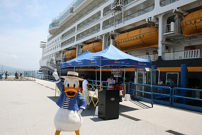 M/S DISNEY MAGIC : Donald Duck welcomes passengers.