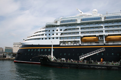 M/S DISNEY MAGIC in Napoli. Water supplying.