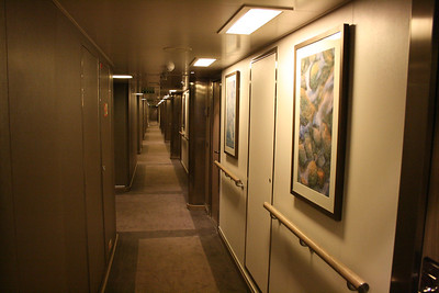 2011 - On board M/S L'AUSTRAL : cabin corridor.