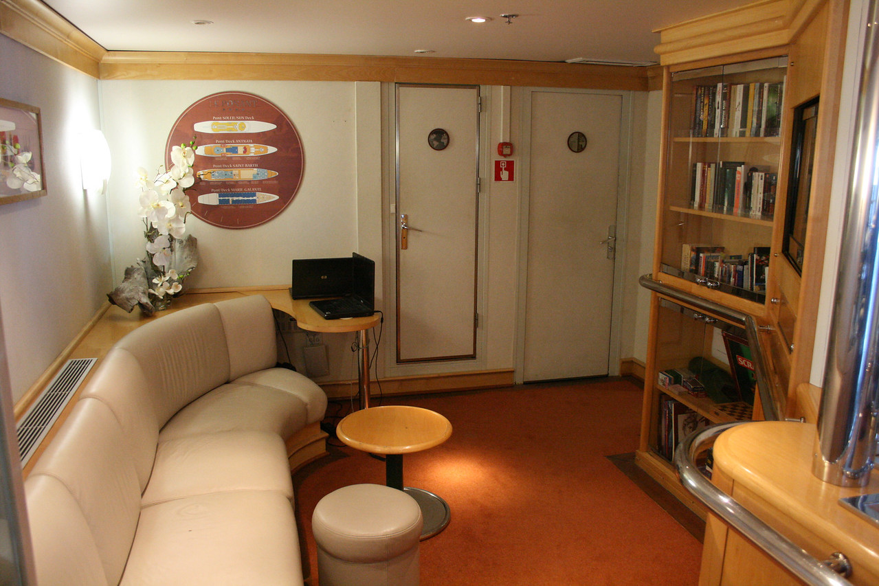 2011 - On board M/S LE PONANT : library and internet point, Saint Barth deck.