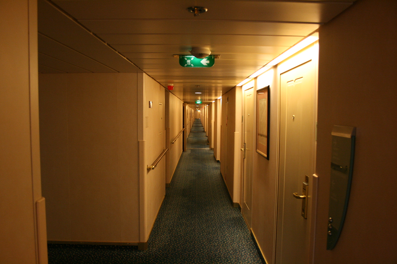 2009 - On board M/S LEGEND OF THE SEAS : cabin corridor.