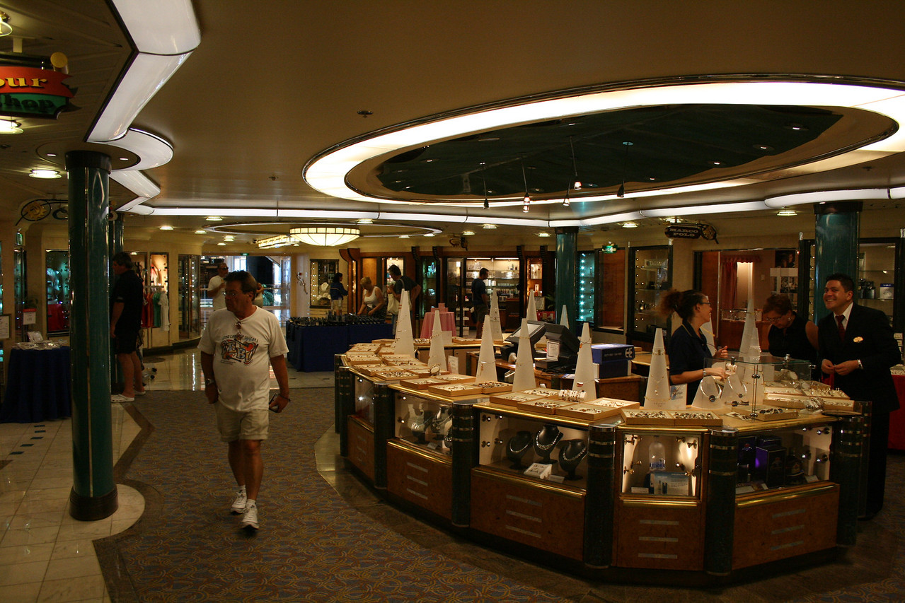 2009 - On board M/S LEGEND OF THE SEAS : boutiques of centrum, deck 5.