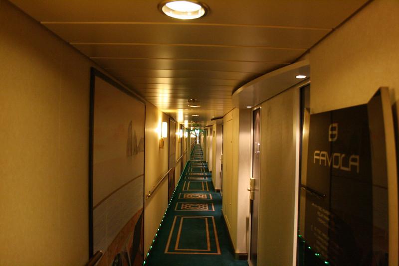 2009 - On board MSC FANTASIA : cabin corridor.