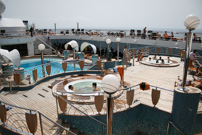 2008 - On board MSC MUSICA : La Spiaggia pool and jacuzzi.