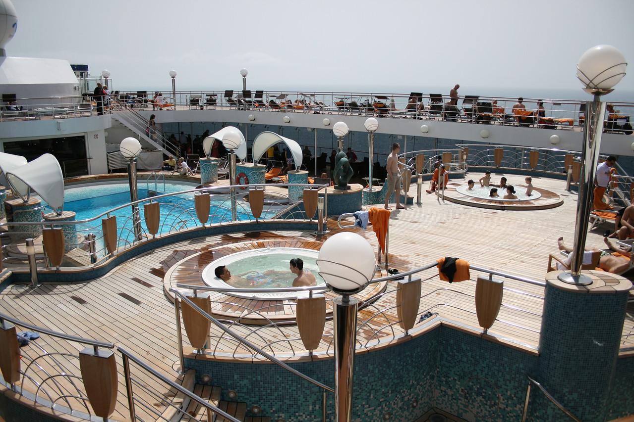 2008 - On board MSC MUSICA : La Spiaggia pool and jacuzzi.