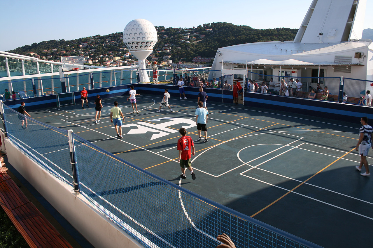 2010 - On board NAVIGATOR OF THE SEAS : Sports court.
