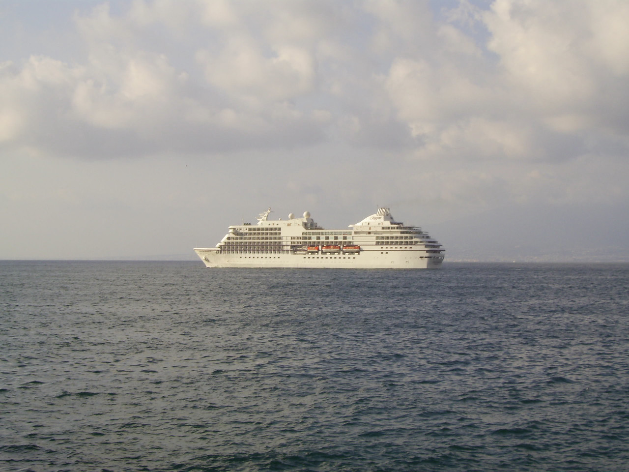 2007 - SEVEN SEAS NAVIGATOR offshore Sorrento.