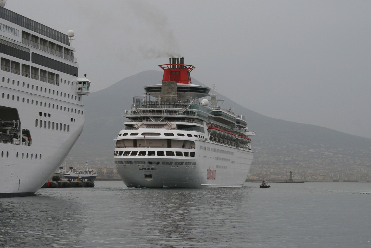 2009 - SOVEREIGN departing from Napoli.