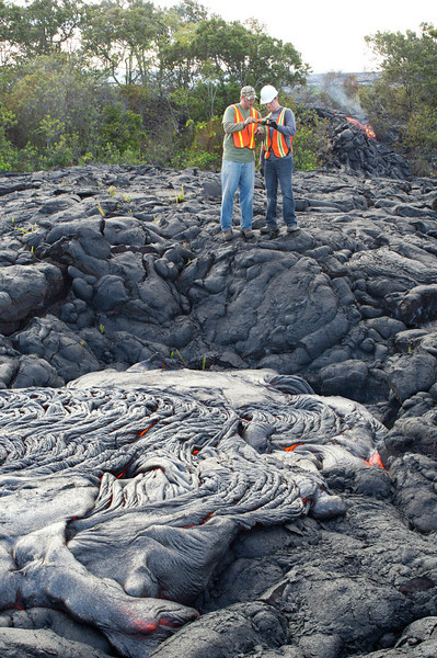 UH Hilo students observe a lava flow and learn how to use a FLIR thermal camera, which reads temperatures while displaying a color-coded image. Photo by Jack Dykinga.