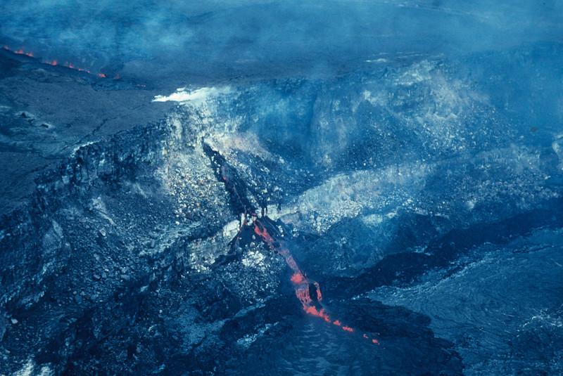 [P82] [U.S. Geological Survey Photo by J. P. Lockwood][ HI Eruptions Caldera 4/80]