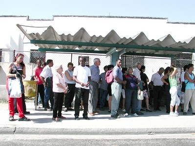 People of Cuba - Gente de Cuba     - Waiting for the Wa-Wa.... the bus !