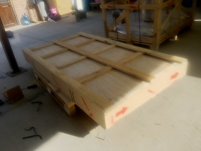 The top has been secured to the base of the crate.  The photo shows the crate sitting on a pallet. The table top crate does not have a pallet attached.