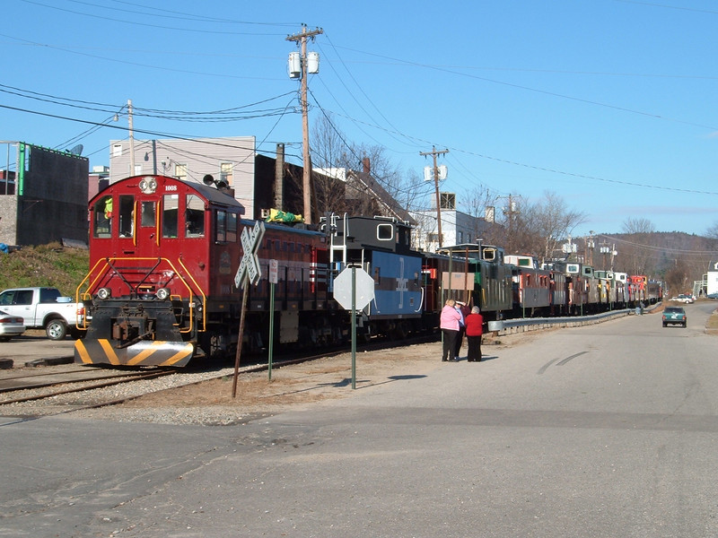 Caboose Train In Plymouth: Train Stops In Plymouth,NH for Lunch on Dec 03 2006